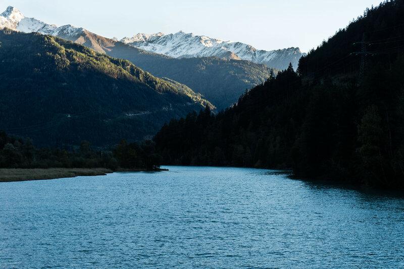 вечерний пейзаж на реке Инн, Альпы, Тироль, Австрия