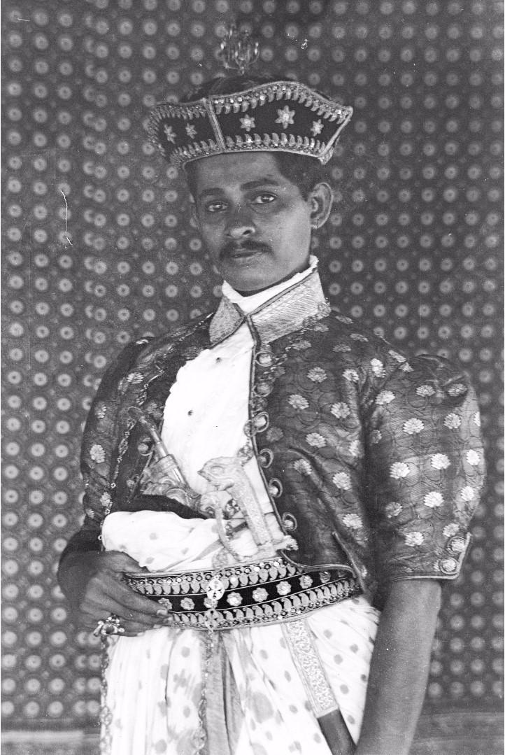 185. Ратеммахаимайя (Окружной начальник) в своем официальном костюме в Бибиле