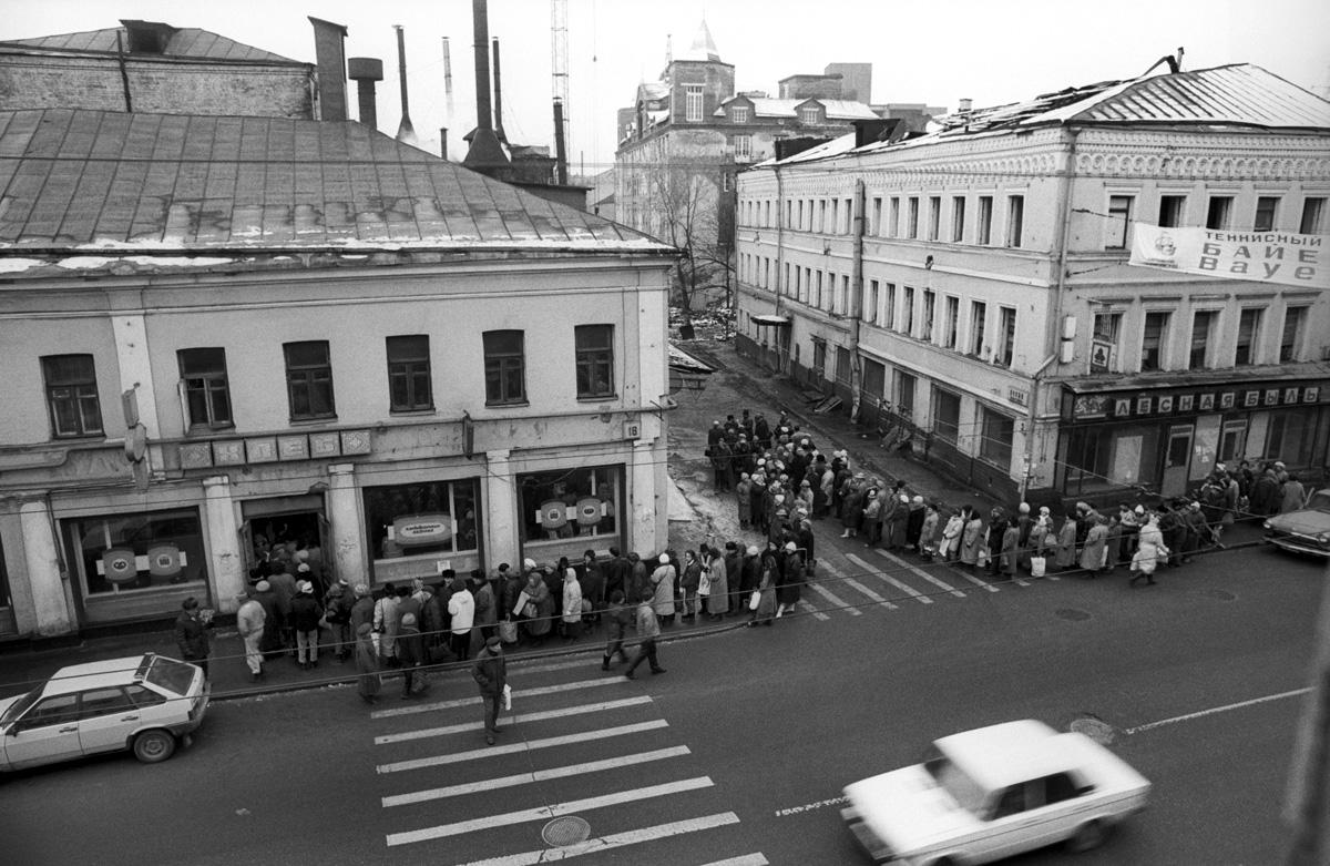 1991. Москва. Сретенка. Очередь за хлебом.