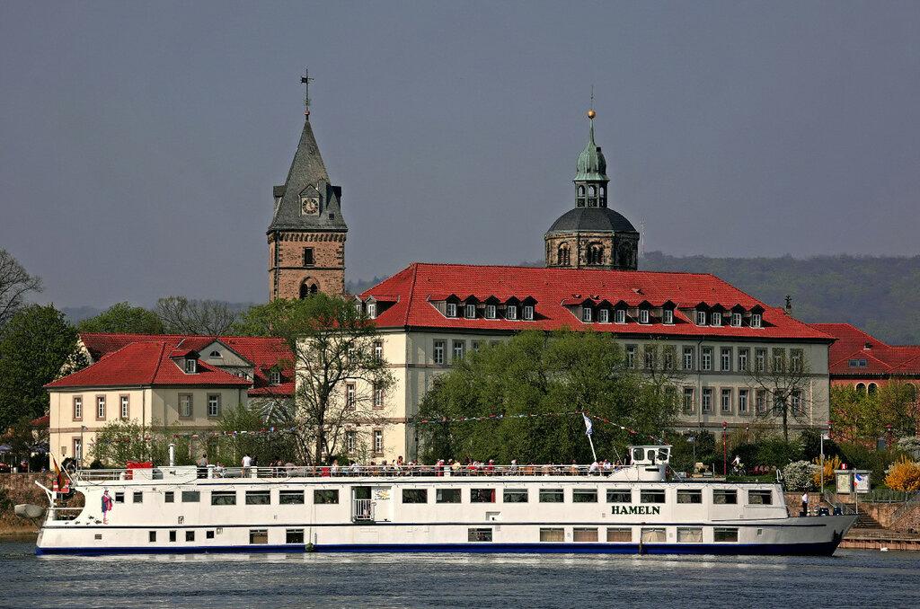 Hamelin-Cruisship_Hameln_on_River_Weser_in_front_of_Hotel_Stadt_Hameln-Thomas_Fietzek.jpg