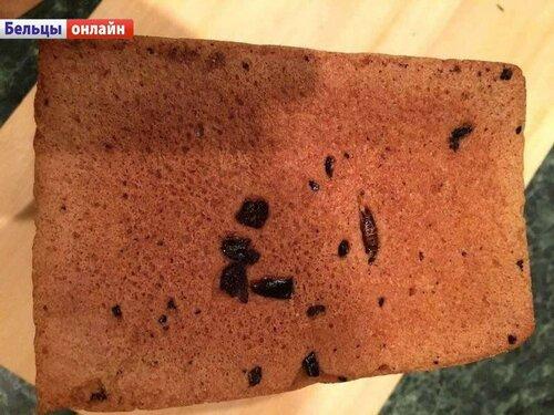 Бельцы: в хлебе нашли тараканов и металлическую стружку