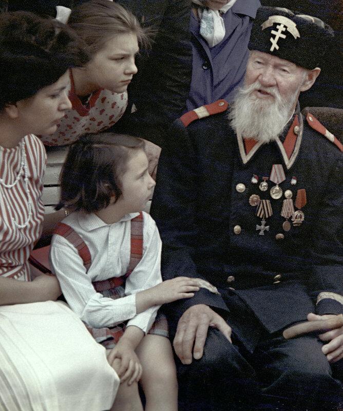 1963 Рассказ последнего солдата Шипки К. В. Хруцкого, фото 1963 года. Минев, РИА Новости.jpg
