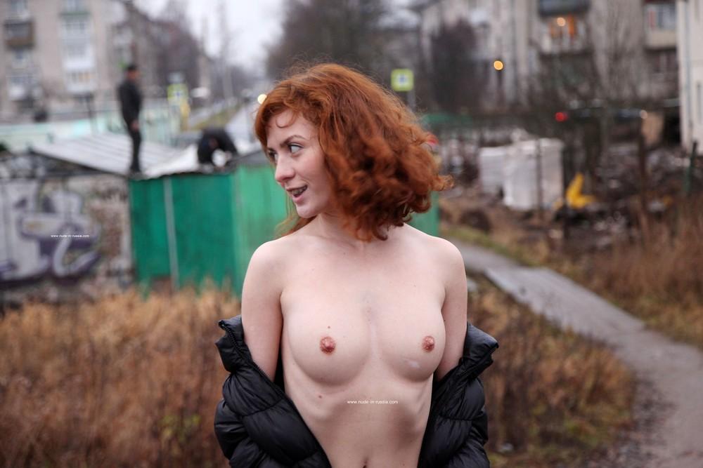 Рыжая Маша разделась и прогулялась возле гаражей
