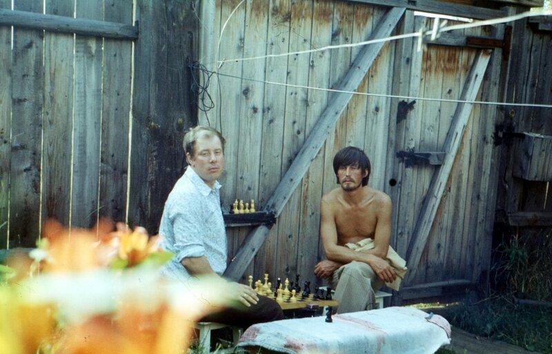 Воткинск, мб 1979 г. Отец и Валера Чебкасов у нас во дворе