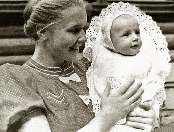 16. Саша Пороховщиков с мамой Галиной Александровной, 1939 год