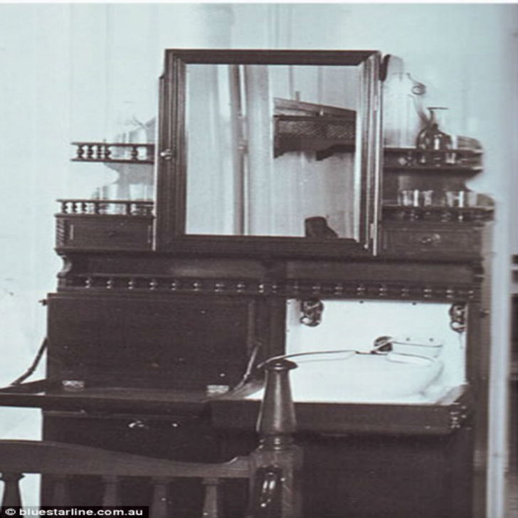 В каютах второго класса на «Титанике» был гардероб, двухъярусные кровати из красного дерева и диван.