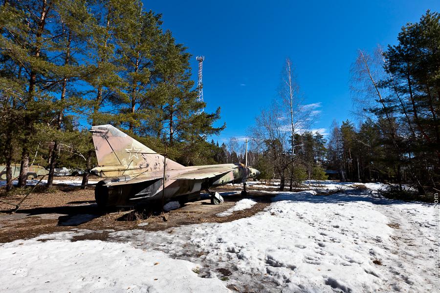 2. На ней мы наткнулись на два самолета (Миг-23), рядом с которыми расставлены