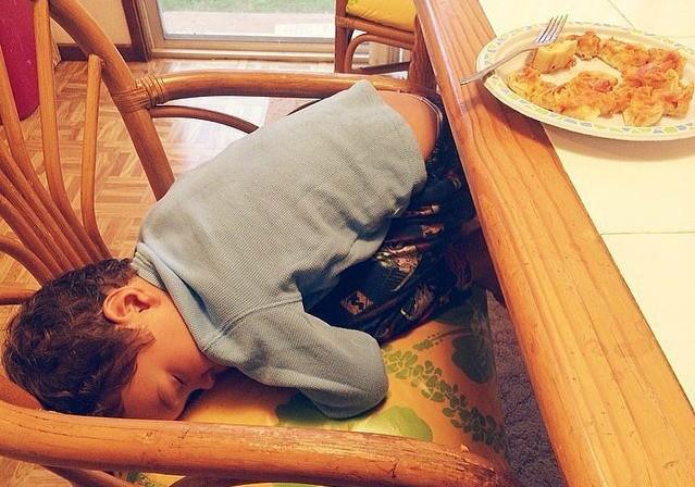 Одно у детей выходит идеально — засыпать в совершенно неподходящих местах.