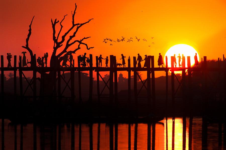9. Рассвет за мостом Убэйн в Амарапуре.