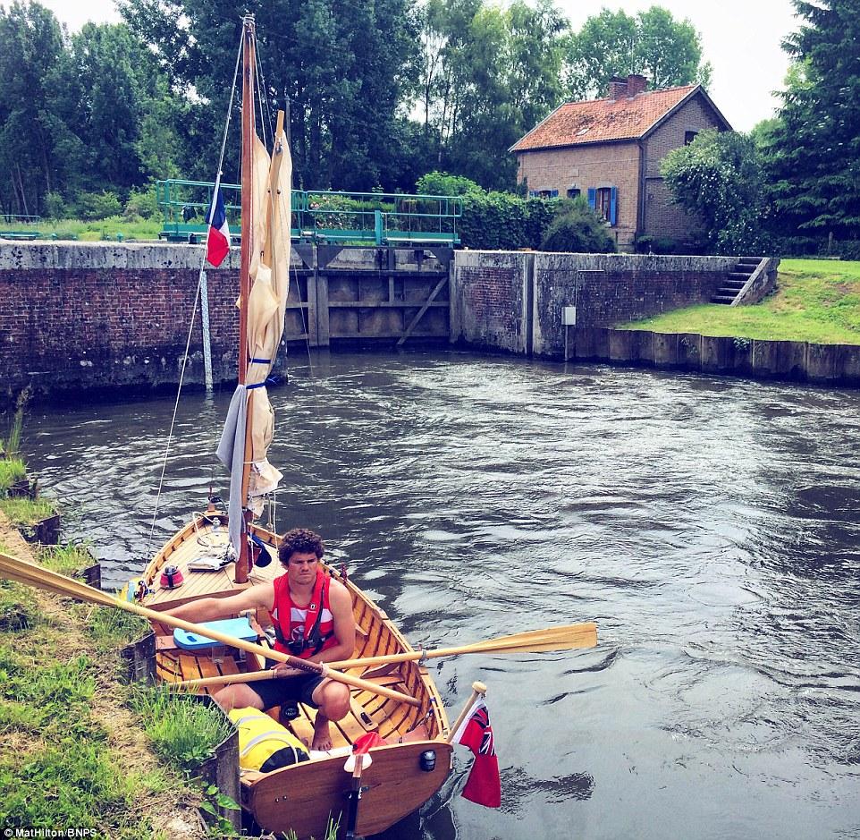 Супружеская пара проплыла на самодельной лодке с веслами путь из Англии во Францию (13 фото)