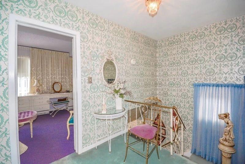 7. Вход на второй этаж Кованые стулья и подставки встречаются сейчас крайне редко и считаются настоя