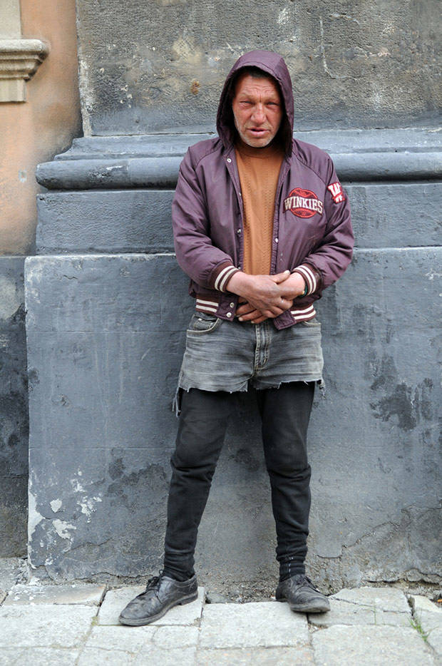 4. Славику 55 лет, он бездомный сумасшедший бродяга, цыган, при этом он ведет особый образ жизни, со