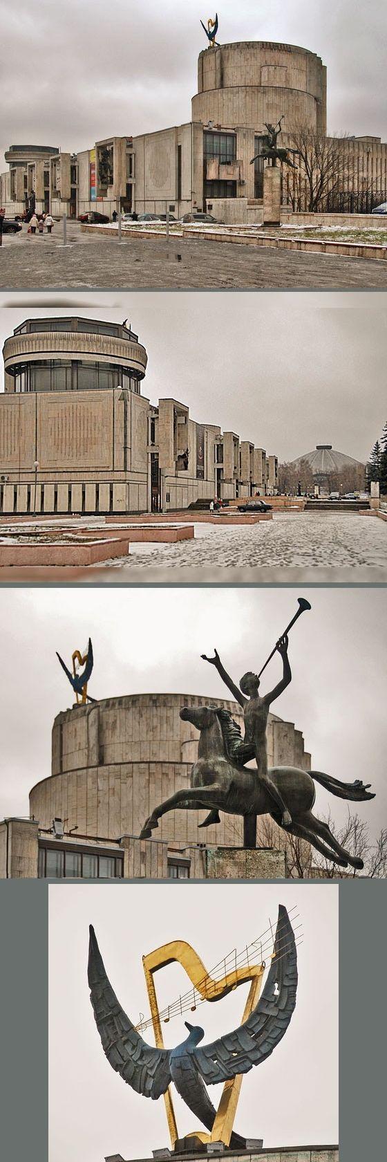 Архитектурная композиция театра основана на контрасте его распластанной прямоугольной нижней час