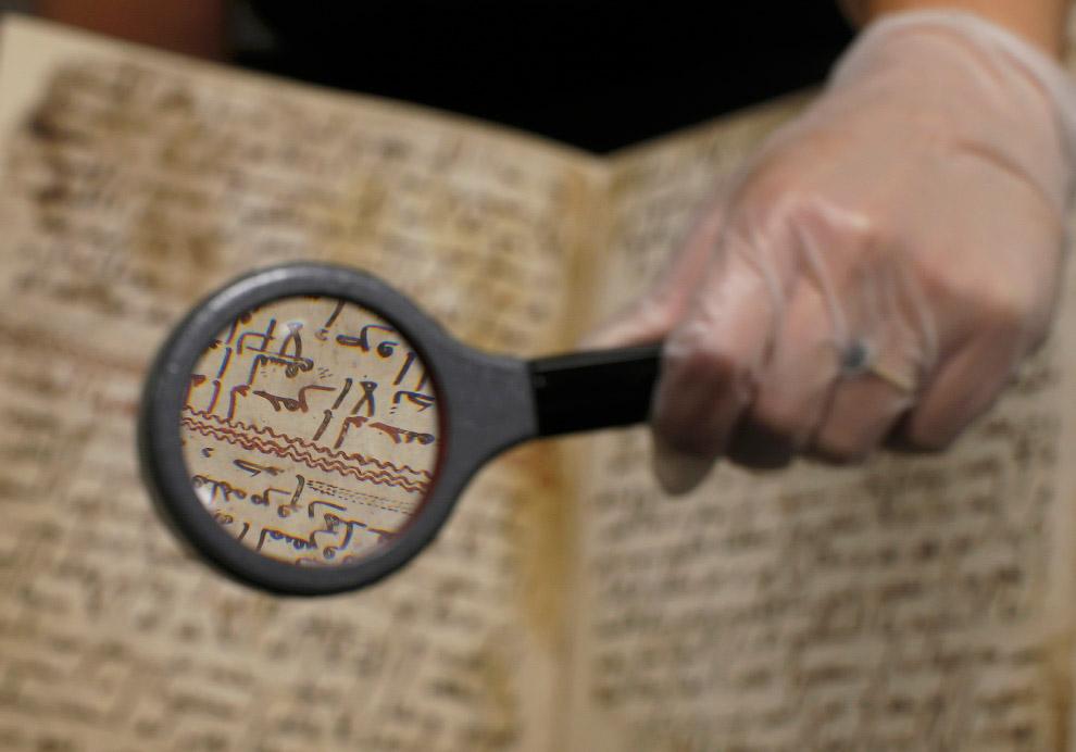 7. Надпись выполнена арабской вязью, шрифтом Хиджази — одним из первых, использовавшихся для пи