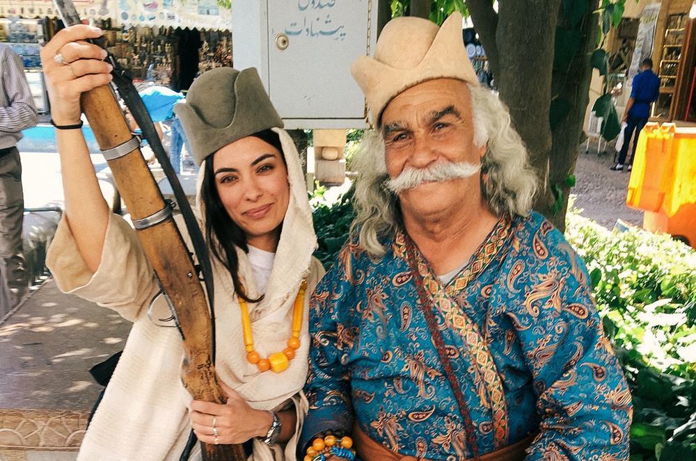 Фотограф и ее новый знакомый на базаре Вакиль.