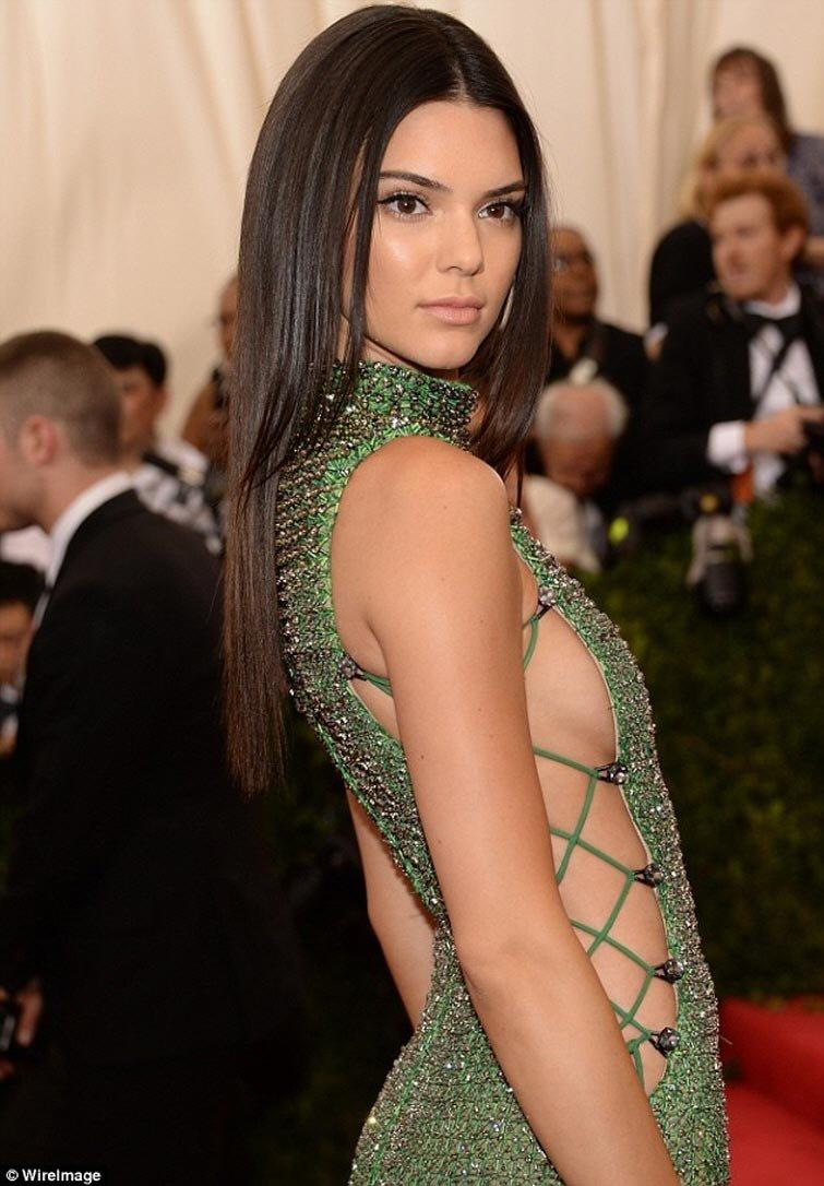 6. Модель Крисси Тейген любит не только шокирующие платья с разрезами чуть ли не до подмышек, но