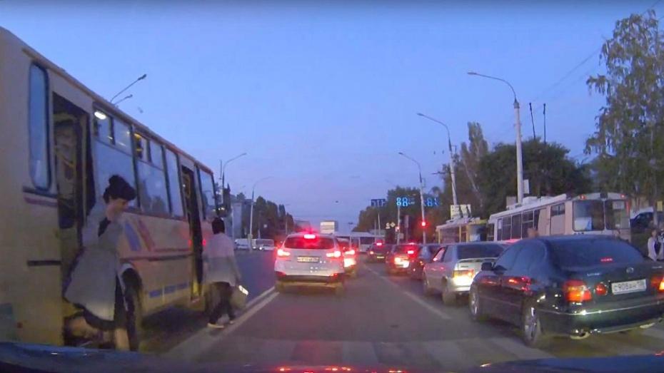 ВВоронеже оштрафовали маршрутчика, высадившего пассажиров навстречной полосе