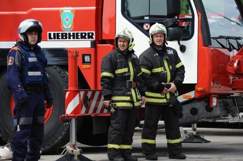 Пожарные эвакуируют жильцов горящей насеверо-востоке столицы гостиницы