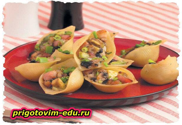 Салат в ракушках с авокадо, грибами и бужениной