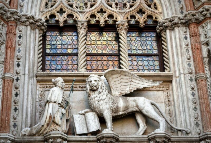 Символ Венеции – лев с крыльями и книгой