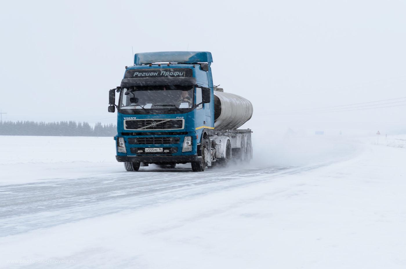 Фотография 2. Как правильно фотографировать в ненастную погоду. Грузовик в зимнем поле. (1/160 сек, 0 Ev, A, f/7.1, 55 мм, 250)