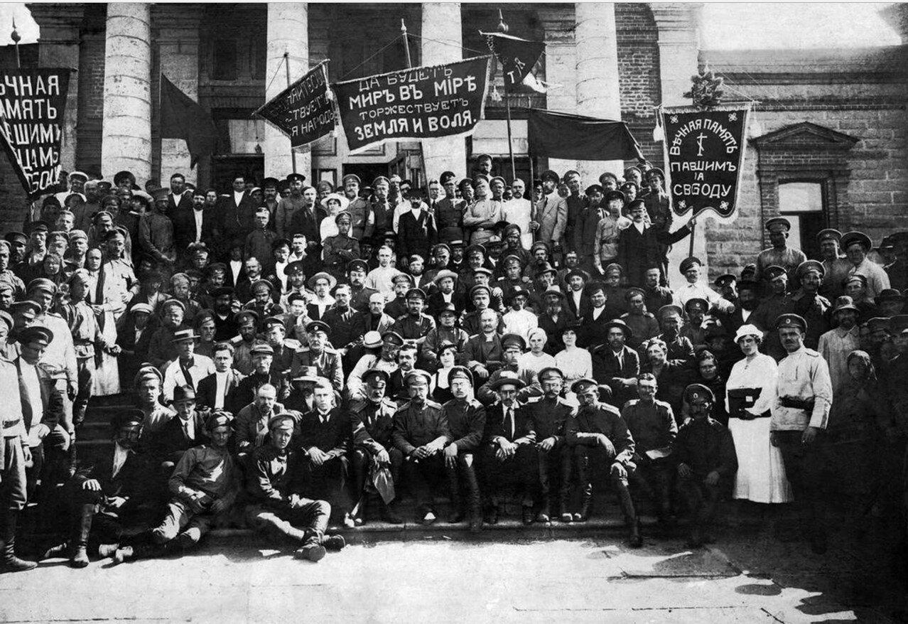 Совет рабочих и солдатских депутатов. На лестнице Народного дома. 1917