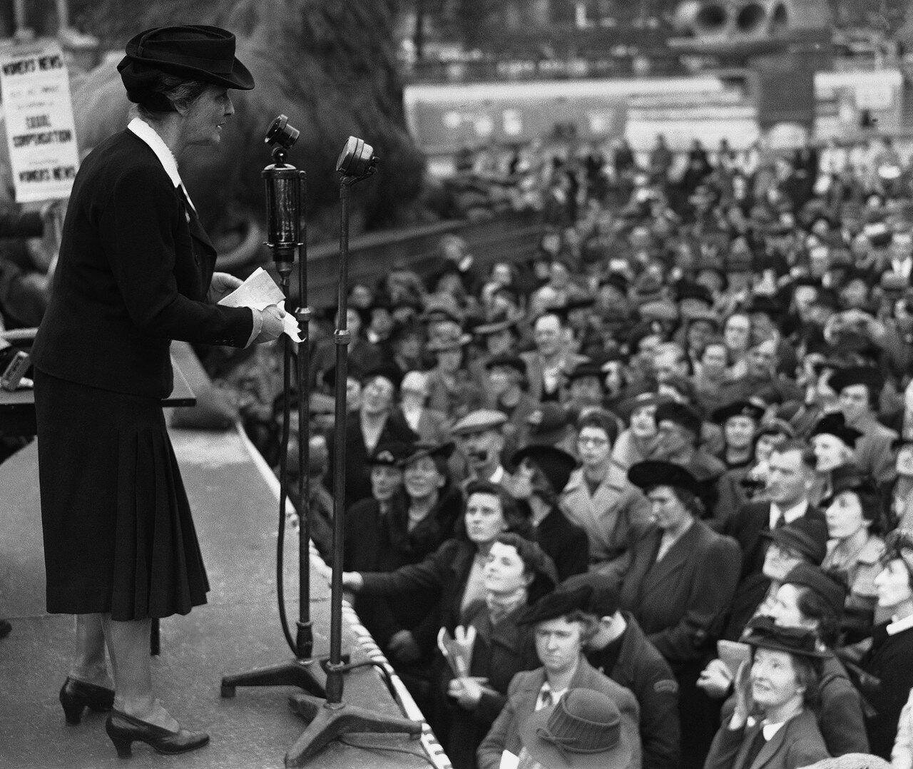 1941. 20 сентября. Леди Нэнси Астор, первая женщина, ставшая депутатом Палаты общин,выступает на митинге с , требованием равноценного возмещения для мужчин и женщин, получивших ранения и травмы в ходе военных действий