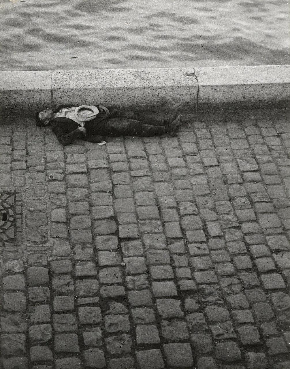1932. Человек, спящий на берегу Сены