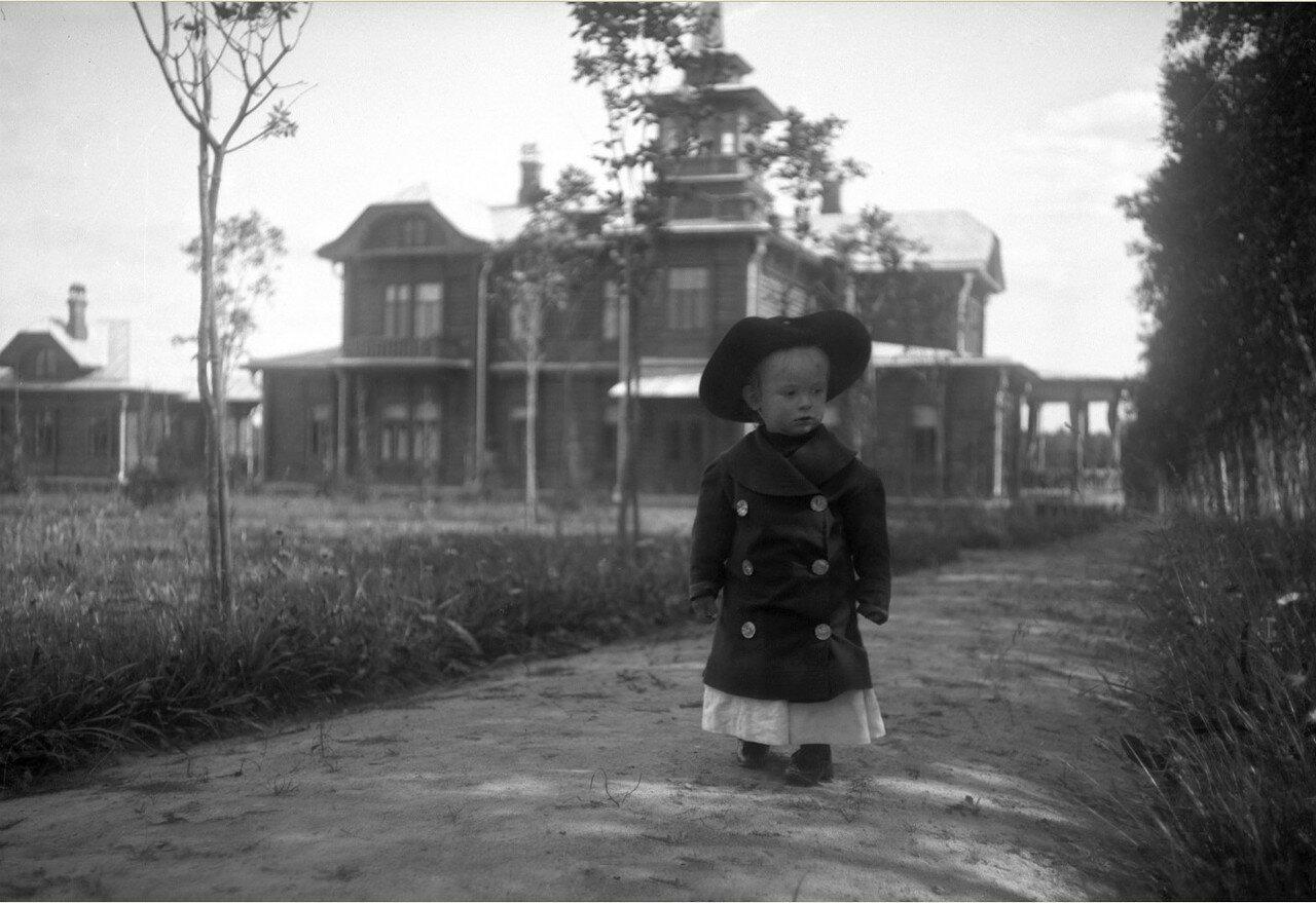 1900-е. Вадим Востряков на фоне загородного дома