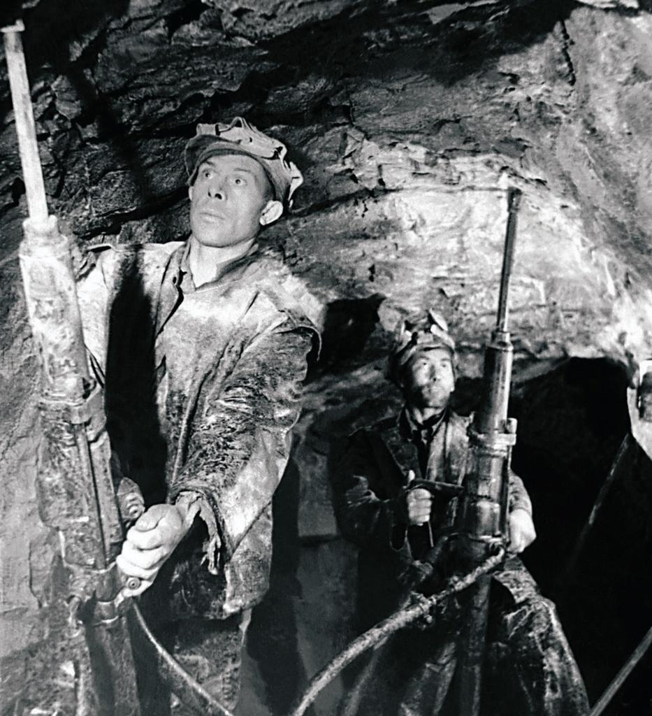 Пласт. Трест «Кочкарьзолото». Бурение шпуров перфораторами ТП-4 в очистном забое (1951)