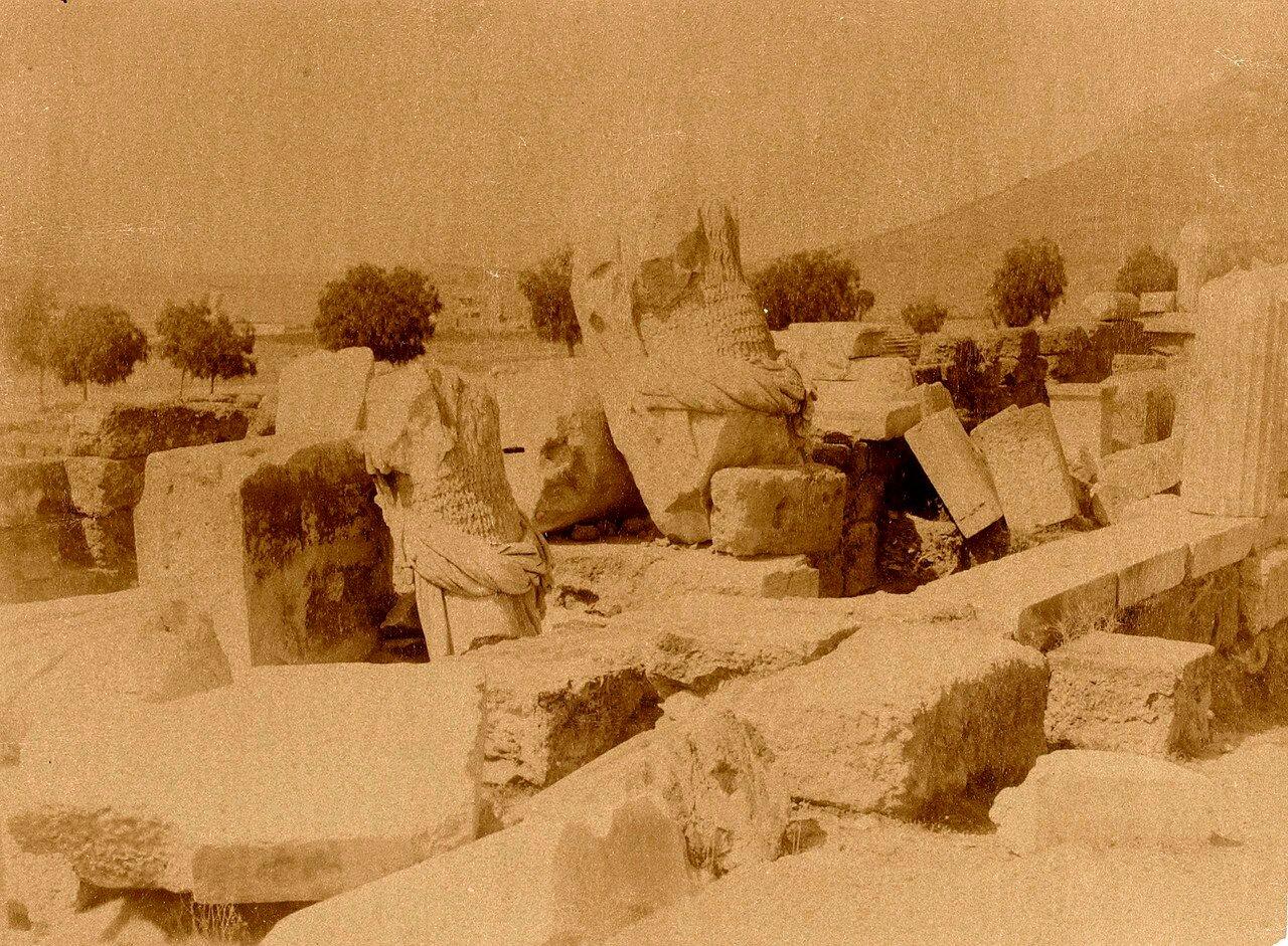 51. Афины. Театр Диониса. Опрокинутые статуи