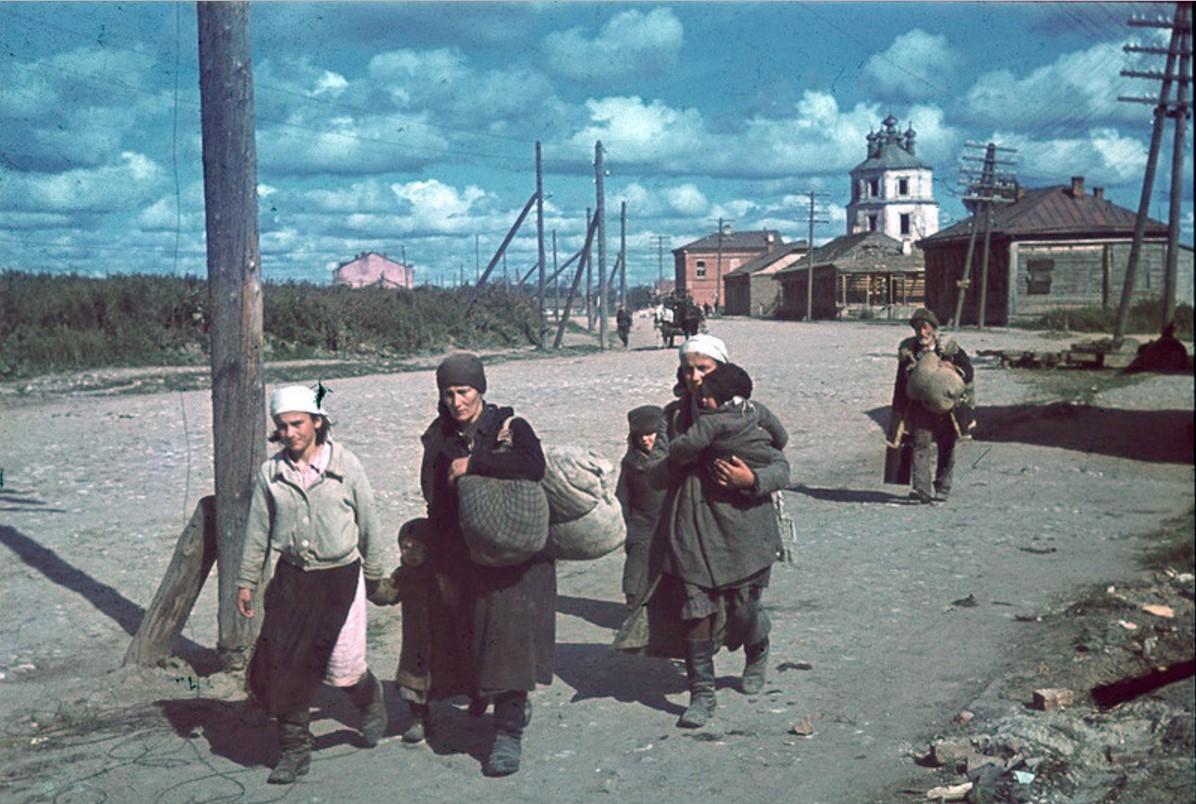 Гжатск. Беженцы на фоне Казанской церкви