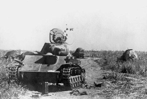 Подбитые танк Т-70 и БА-64 из состава 29-го тк 5-й гв.ТА. Воронежский фронт, июль 1943 года.