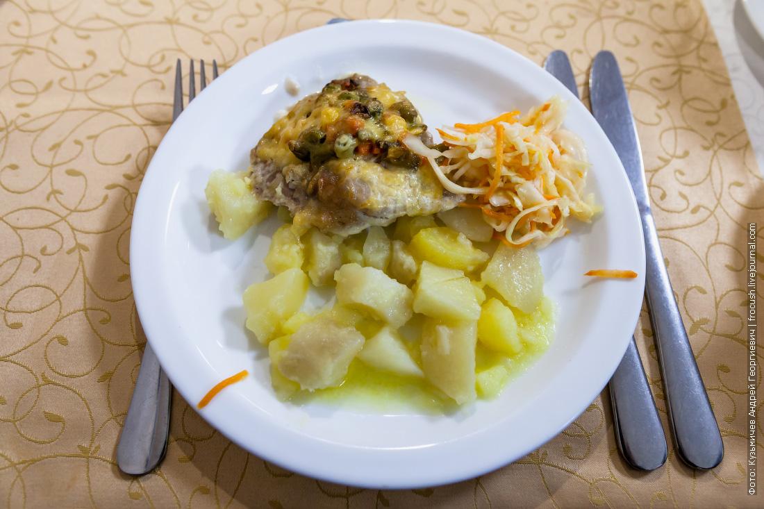 Мясо запеченное «Ассоль», картофель отварной, салат из свежей капусты