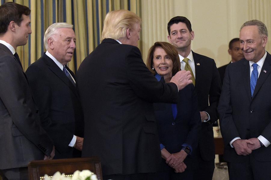 Трамп принимает лидеров Конгресса, 23.01.17.png