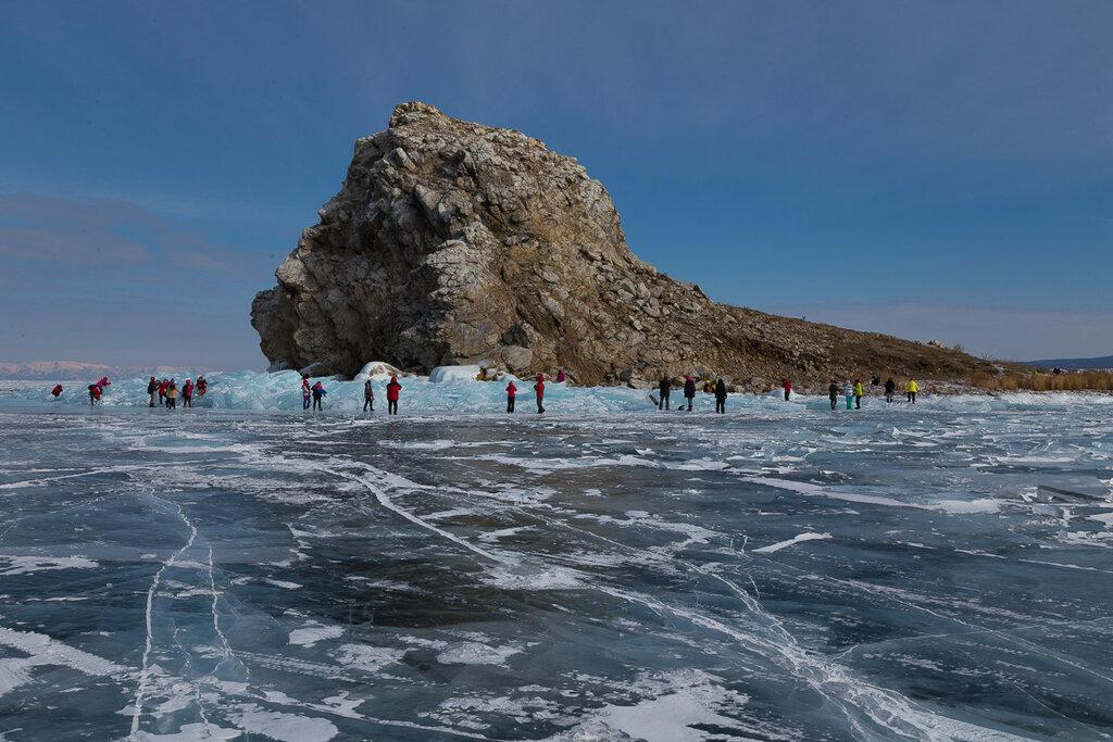 Байкал. Малое море. Остров Ядор в окружении восторженных туристов