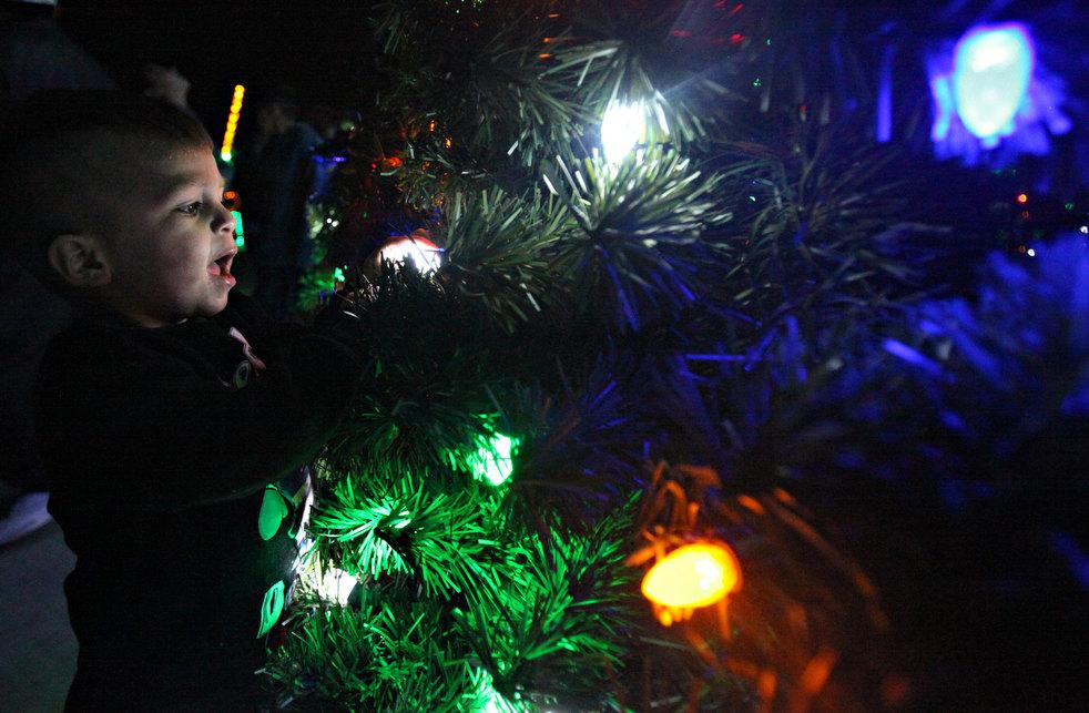 32. Двухлетний Кристофер Крейгсенбау осматривает елку в Одессе, штат Техас. (Odessa American / Heath