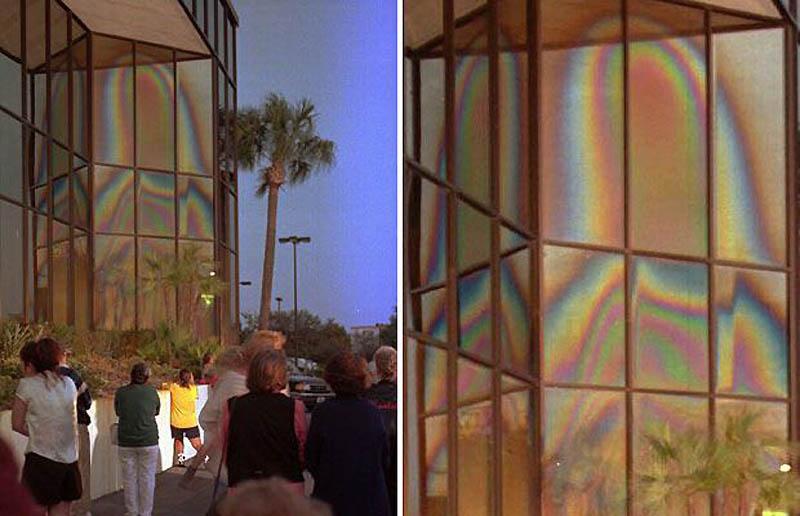 15. Сотни людей собрались посмотреть на образ Девы мари в Клируотере, Флорида, декабрь 1996 года. (A