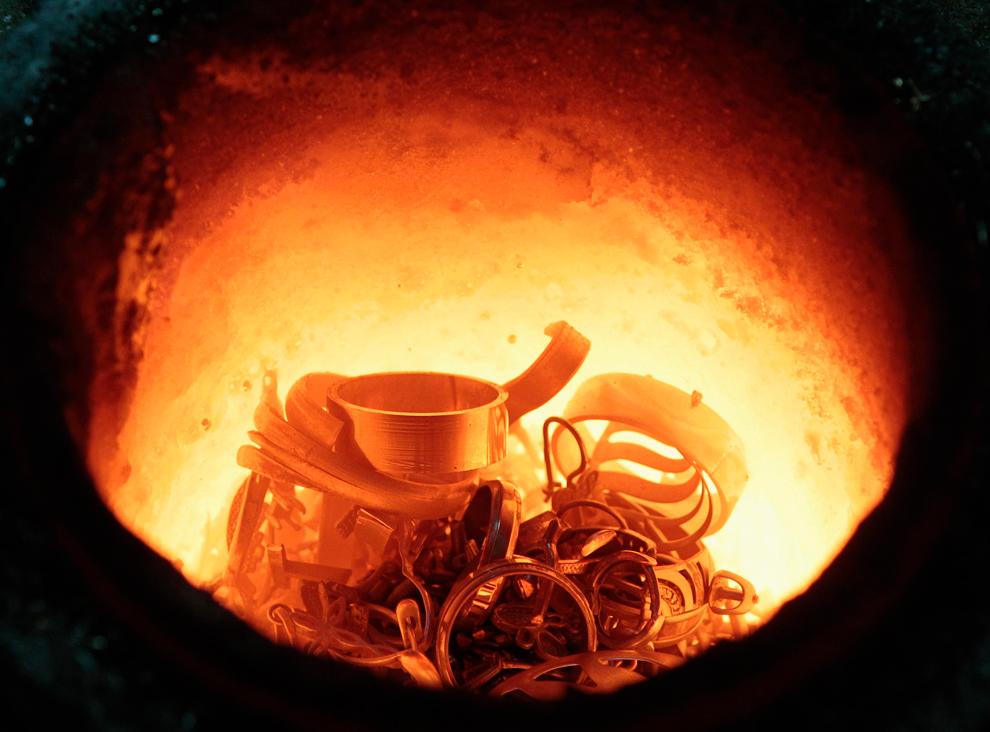 33. Золотой лом из старых украшений расплавляют на заводе