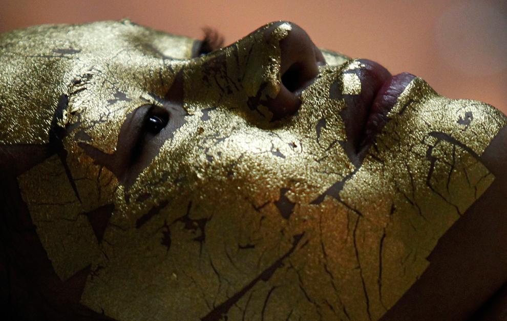35. У клиентки салона красоты My Beauty в Ханоэ, Вьетнам, лицо покрыто золотом, 13 февраля 2012. Сал