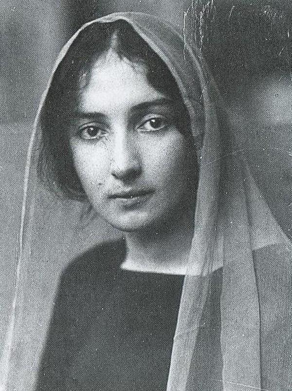 32-е место: Белла Шагал (настоящее имя — Бася-Рейза Шмуйлова Розенфельд) — первая жена художника Мар