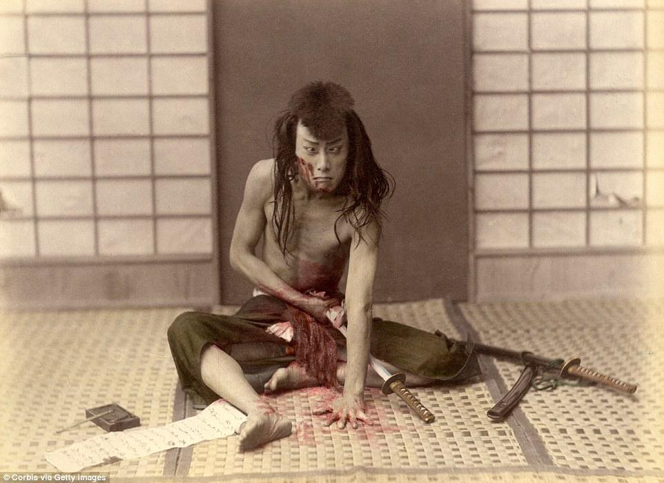 Самурай делает себе харакири, или сэппуку, — ритуал самоубийства через выпускание кишок. Самураи сле