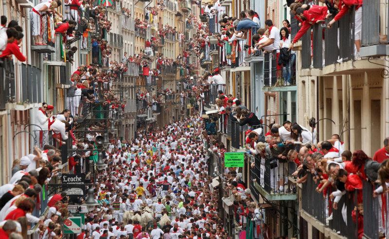 Если вы не готовы видеть ужасного прогона быков по городу прямо среди людских толп, то в Памплон