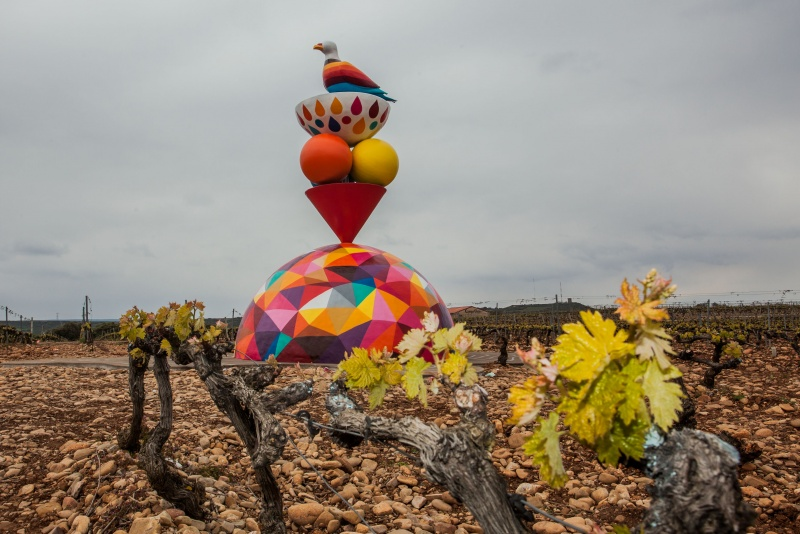 Скульптура голубя навиноградниках вЛогроньо, Испания.