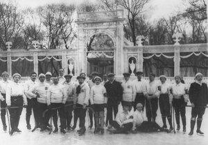 Команда хоккеистов Москвы и Санкт-Петербурга у ворот Юсупова Сада. 6 января 1913