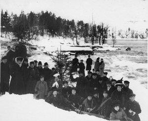 Группа членов Общества телесного воспитания Богатырь, участников экскурсии на Иматру на берегу реки Вуоксы. 1909