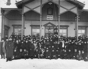 Группа членов Общества телесного воспитания Богатырь, участников экскурсии на Иматру у здания вокзала на станции Иматра. 1909