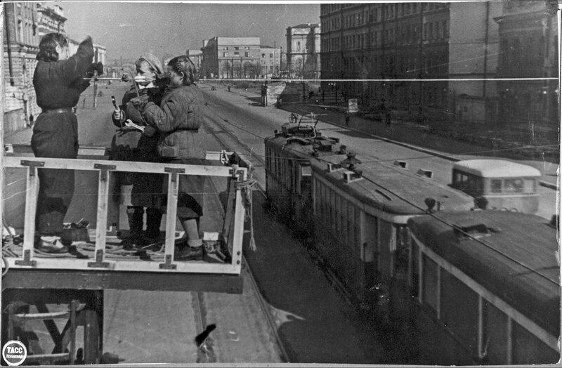 Работы по восстановлению подвесной электросети на Международном проспекте. Апрель 1944 г.