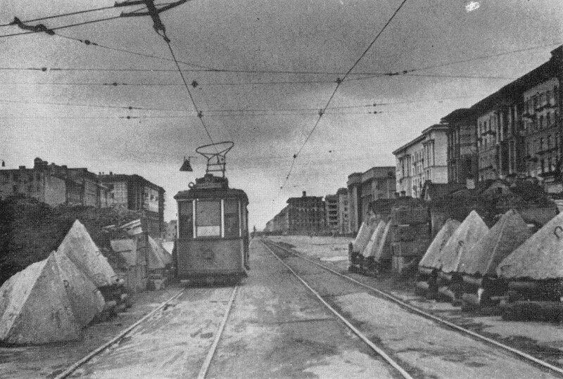 Трамвай у баррикады на Московском шоссе