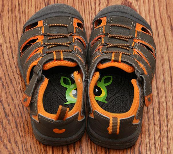 Наклейте специальные стикеры на стельки, чтобы научить ребенка надевать обувь правильно.